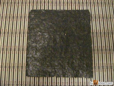 лист нори на циновке