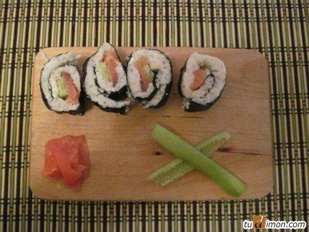 Суши из форели с огурцами